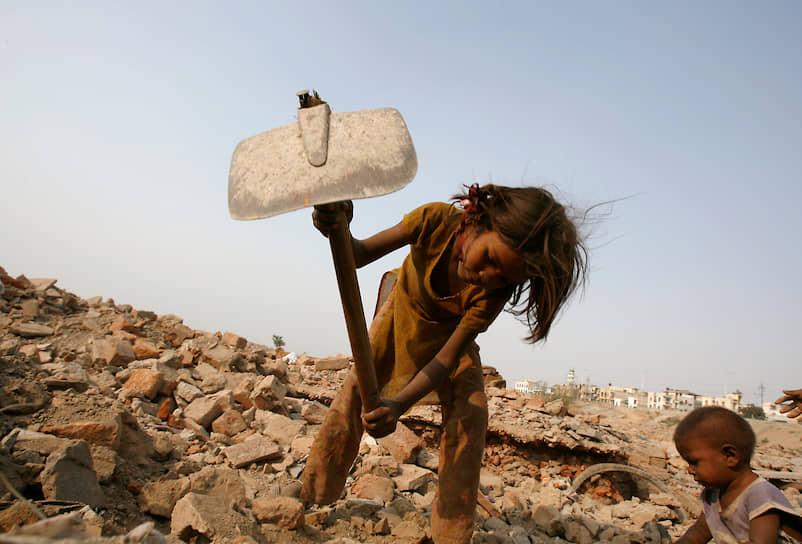Почти половина от общего числа детей, работающих на опасных производствах, занято в табачной промышленности, строительстве