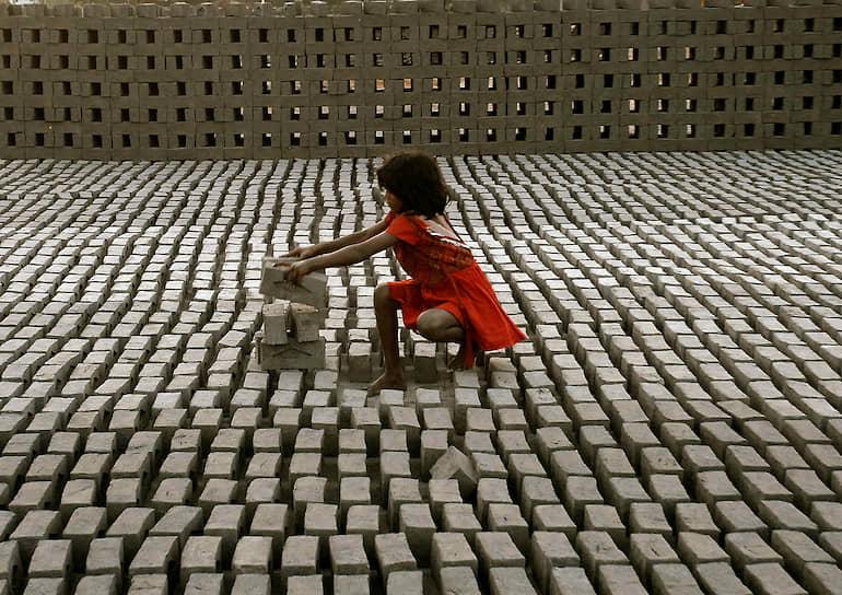 По мнению экспертов ЮНИСЕФ, наиболее верный способ подсчитать число работающих детей — это узнать, сколько не ходит в школу. По данным ООН, в странах третьего мира около четверти детей не учатся в школах. Это примерно 130 млн, большинство которых — девочки. И еще около трети детей бросают начальную школу, не закончив