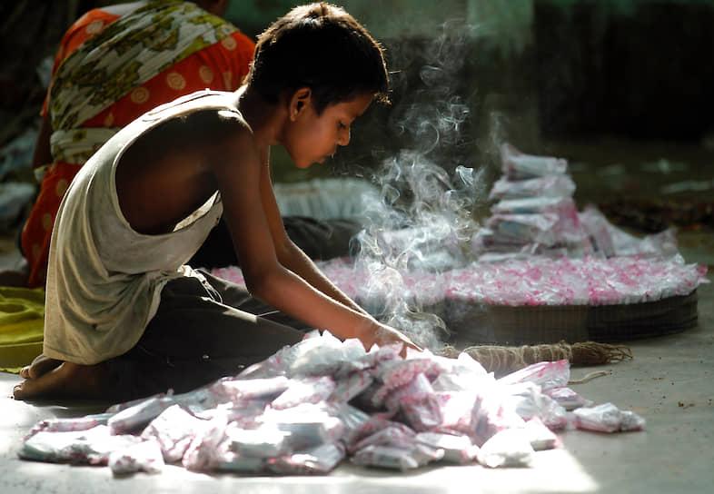 В Индии — одной из лидирующих стран по использованию детского труда — для борьбы с продажей детей за долги (существования которой не признают официальные правительственные комиссии) и другими способами эксплуатации была создана организация South Asian Coalition. За 12 лет ей удалось освободить более 20 тыс. детей