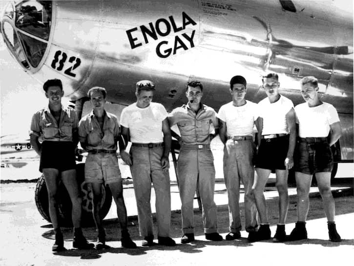 На фото: экипаж американского бомбардировщика В-29 Enola Gay под командованием полковника Пола Тиббетса (в центре), сбросившего бомбу на Хиросиму
