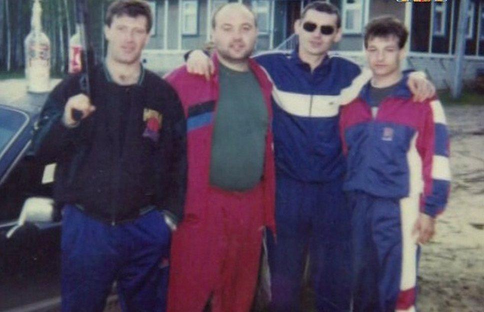 Ореховская ОПГ сформировалась на юге Москвы в районе Шипиловской улицы в конце 1980-х годов. В нее в основном вошли молодые люди 18–25 лет, имеющие общие спортивные интересы.  На фото: члены ОПГ Виктор Комахин (второй слева; застрелен в 1995 году) и Игорь Чернаков (третий слева; был убит в 1994 году на следующий день после убийства лидера ОПГ Сильвестра)