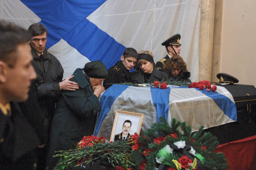 Семьям погибших на подлодке моряков предназначались компенсации — 720 тыс. руб. каждой. Всего на эти цели требовалось около 85 млн руб. В итоге семьям подводников помогли крупные российские компании