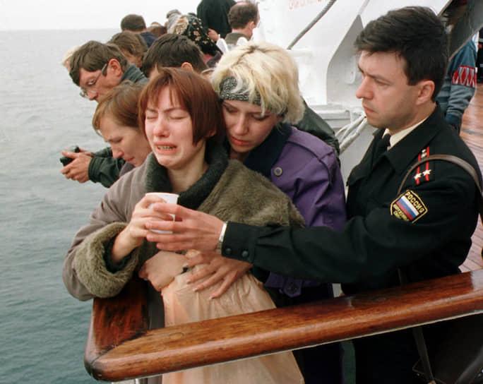 21 августа 2000 года начальник штаба Северного флота вице-адмирал Михаил Моцак официально подтвердил факт гибели экипажа атомохода «Курск». 23 августа президентским указом было объявлено днем траура в стране