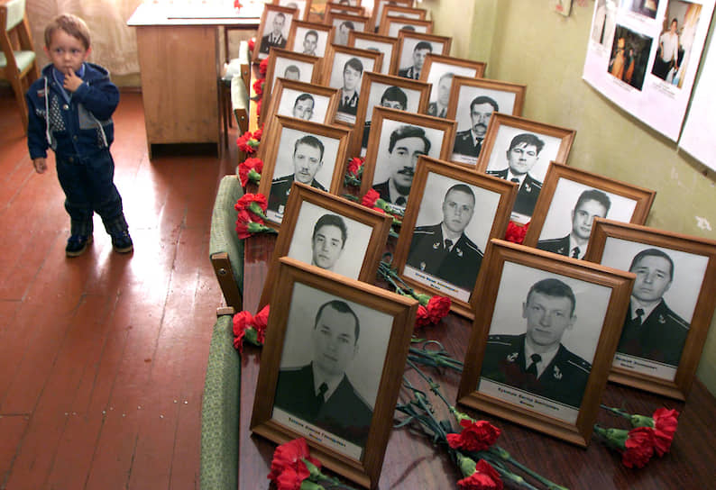 К 20 марта 2002 года удалось обнаружить и опознать тела 115 погибших членов экипажа. По заключению криминалистической медицинской экспертизы, выжившие после двух взрывов подводники погибли от острого отравления окисью углерода в течение семи-восьми часов после аварии