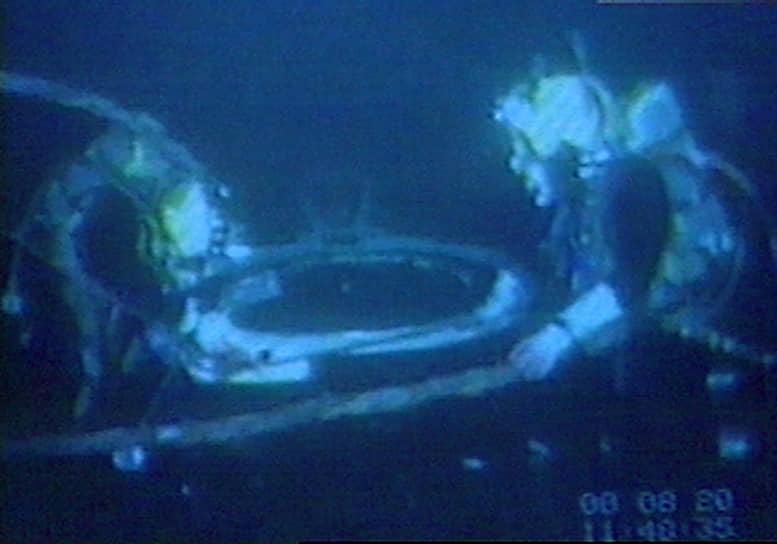 В 2000 году было проведено несколько обследований «Курска»: детальное с помощью глубоководных аппаратов «Мир-1» и «Мир-2» с научно-исследовательского судна «Академик Мстислав Келдыш» в сентябре и — в октябре-ноябре — подводными аппаратами и водолазами норвежской компании Halliburton AS с судна Regalia