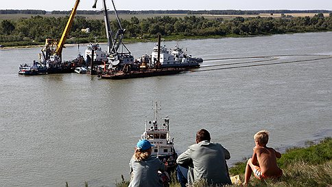 Затонувший на Иртыше теплоход подняли со дна // На судне работают следователи