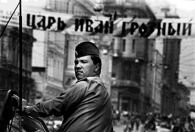 Утром 21 августа Москву покинуло большинство введенных в город армейских подразделений