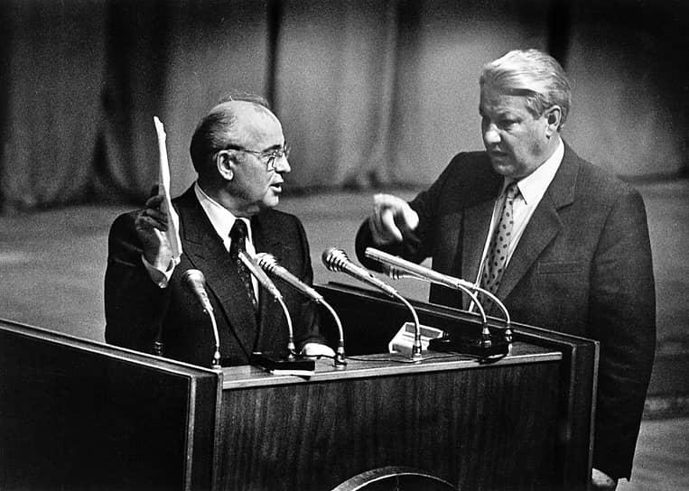 23 августа Борис Ельцин (справа) на сессии Верховного cовета России в присутствии Михаила Горбачева подписал указ о приостановлении деятельности Компартии РСФСР