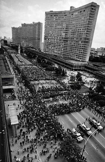 24 августа Михаил Горбачев покинул пост генсека ЦК КПСС. В этот же день о независимости заявила Украина. Продолжив «парад суверенитетов», Молдавия провозгласила независимость 27 августа, Азербайджан — 30 августа, Киргизия и Узбекистан — 31 августа
