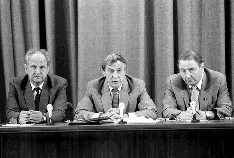 Вечером 19 августа 1991 года по телевизору передали пресс-конференцию членов ГКЧП: (слева напрво) Борис Пуго, Геннадий Янаев и Олег Бакланов. На пресс-конференции Геннадий Янавев заявил о прекращении полномочий Михаила Горбачева и введении чрезвычайного положения