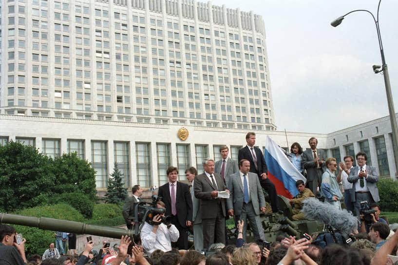 19 августа президент РСФСР Борис Ельцин вышел из здания Верховного совета (Белого дома) и с танка №110 Таманской дивизии обратился к собравшимся демонстрантам с призывом сопротивляться путчистам. В ответ началось строительство баррикад для защиты здания от предполагаемого штурма