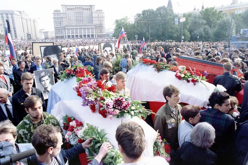 24 августа в центре Москвы прошли похороны троих погибших защитников Белого дома. Янаев, Крючков, Язов и ряд других путчистов были арестованы