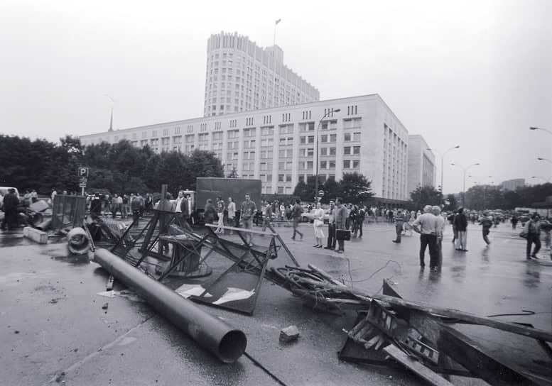 Командиры спецподразделений КГБ СССР «Альфа» и «Вымпел», изучив 20 августа обстановку вокруг Белого дома, пришли к выводу, что штурм повлечет за собой многочисленные жертвы. Начался вывод спецтехники из Москвы