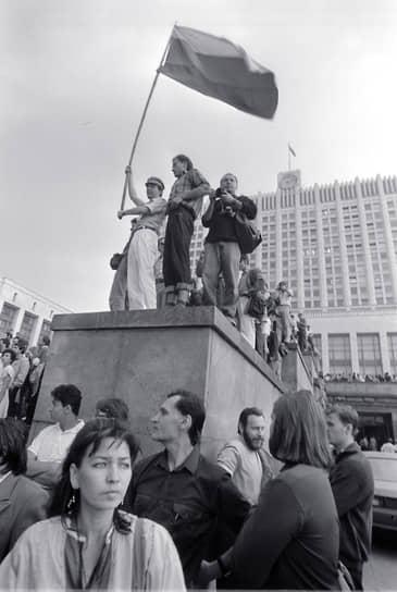 22 августа в Москве был объявлен траур по погибшим. На Краснопресненской набережной прошел массовый митинг, в ходе которого манифестанты вынесли огромное полотнище российского триколора, который станет новым российским флагом