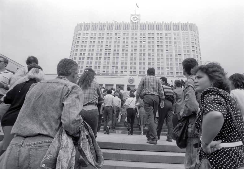 После того как Михаила Горбачева блокировали на даче в Форосе за отказ выполнить требования ГКЧП по введению чрезвычайного положения и подписанию союзного договора, поднялись по тревоге и начали выдвигаться в Москву мотострелковые, танковые и десантные части Московского военного округа. Москвичи, несмотря на запрет митингов и демонстраций, начали собираться в центре города
