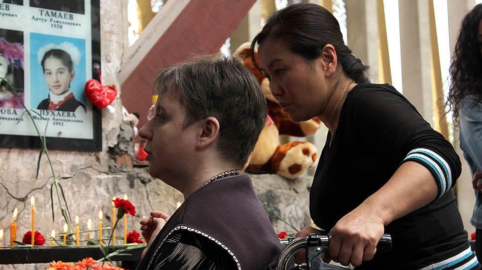 Марина Пак (справа) и Наталья Сацаева (слева). У Марины погибла дочь Светлана Цой (12 лет), Наталья спасла троих детей, но сама осталась инвалидом-колясочником
