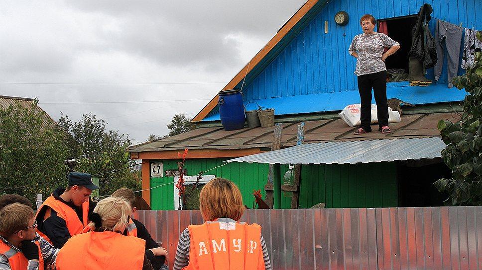 Пенсионерка Людмила Маковецкая на крыше своего затопленного дома
