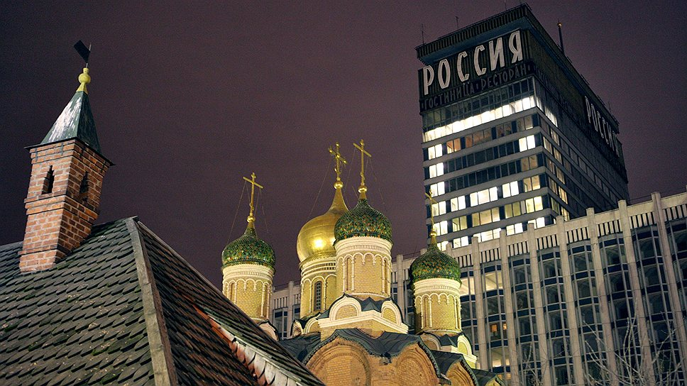 В «России» помимо отеля на 2722 номера (5 тыс. посетителей) распологалось три ресторана, кинотеатр «Зарядье» (два зала по 750 мест), концертный зал (2600 мест), а также бани с бассейном, прачечные и магазины. Длина коридоров «России» достигала 8 км