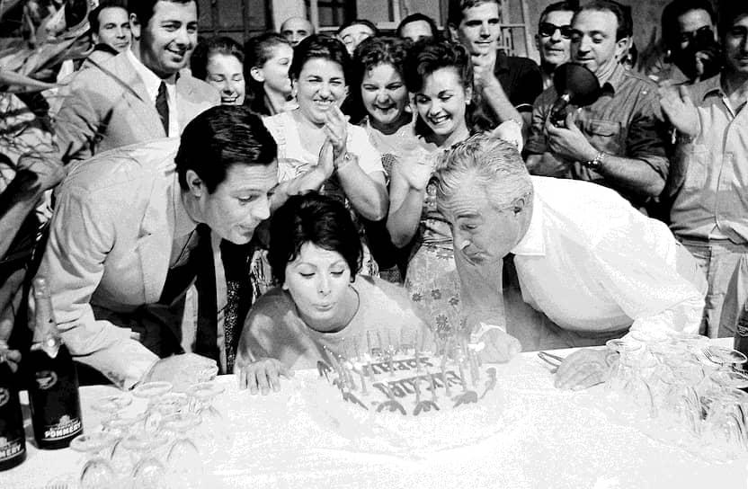 20 сентября 1963 года. Марчелло Мастроянни помогает Софи Лорен задуть свечи на торте в ее день рождения