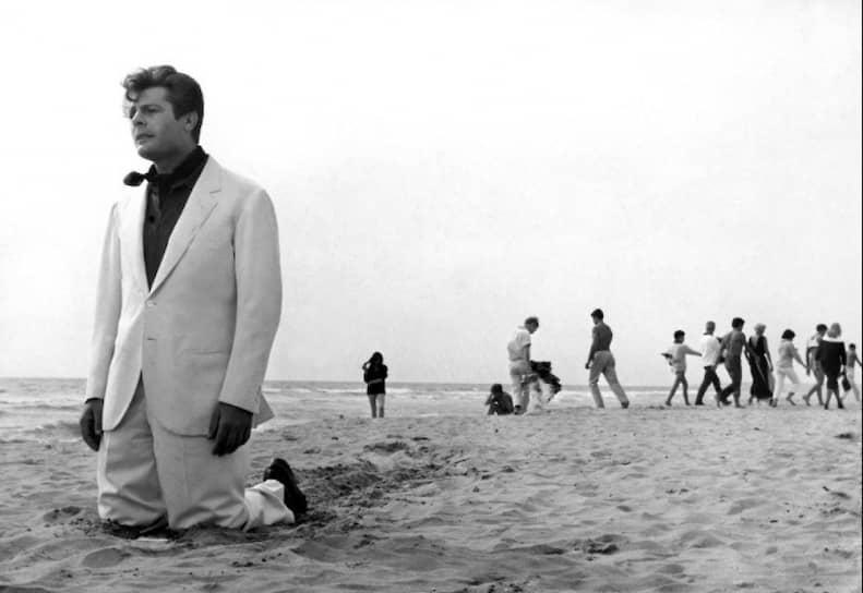 «Наступает час, когда морщины на лице становятся красивее галстука, а персонажи, которых изображаешь, оказываются столь же сложны, как и живые люди» За свою 47-летнюю кинокарьеру Марчелло Мастроянни снялся более чем в 100 фильмах