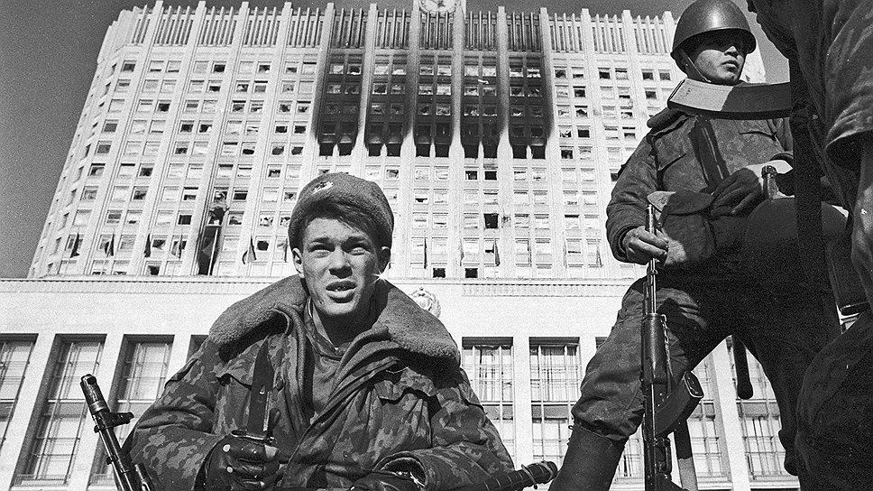 1993  / О том, как Россия подошла к порогу гражданской войны,  постояла около него и отступила назад — в спецпроекте «Ъ»