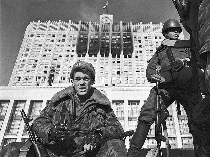 Спецподразделения первоначально появились в 12 городах трех советских республик, в том числе в Москве, Ленинграде, Минске и Риге <br>На фото: бойцы ОМОНа у обстрелянного здания Белого дома во время октябрьских событий 1993 года
