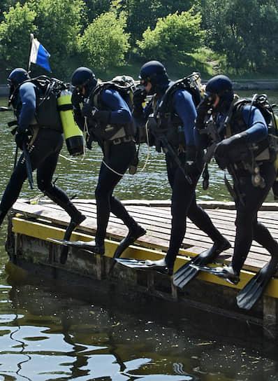 Бойцы ОМОНа проходят специальную подготовку и обычно лучше вооружены по сравнению с рядовыми сотрудниками полиции