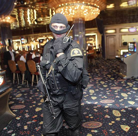 В отряд особого назначения обычно принимают мужчин не младше 22 и не старше 30 лет, прошедших службу в армии, имеющих навыки обращения с оружием <br>На фото: сотрудник ОМОНа во время проверки московского казино Sol