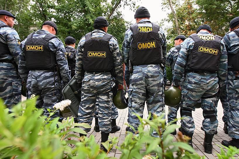 При обучении бойцов ОМОНа особое внимание уделяется борьбе в городских условиях и зачистке зданий, а также правовой подготовке