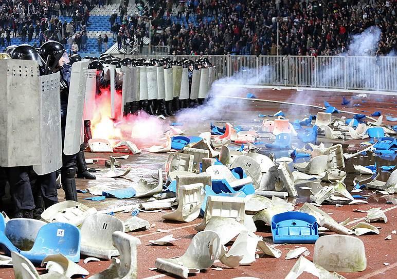 На фото: сотрудники ОМОНа во время беспорядков на трибунах, которые организовали фанаты в Ярославле во время матча между местным «Шинником» и московским «Спартаком»