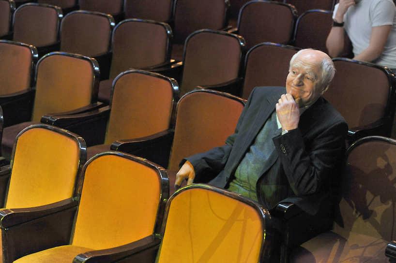 Режиссер говорил о «Ленкоме»: «Театр стремится следовать великим заветам мхатовских учителей, но больше всего боится скуки, когда все уже все понимают, что происходит и, главное, что должно произойти»