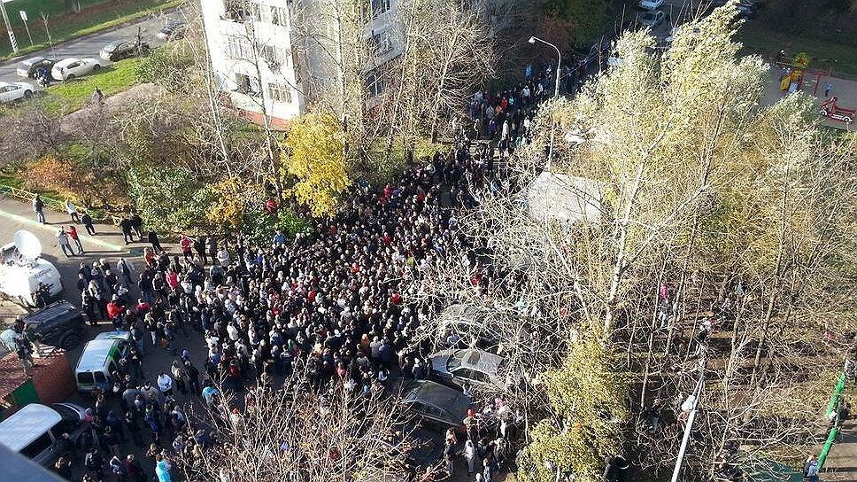 В воскресенье в районе Бирюлево Западное на юге Москвы начался народный сход с требованием найти убийцу 25-летнего местного жителя Егора Щербакова