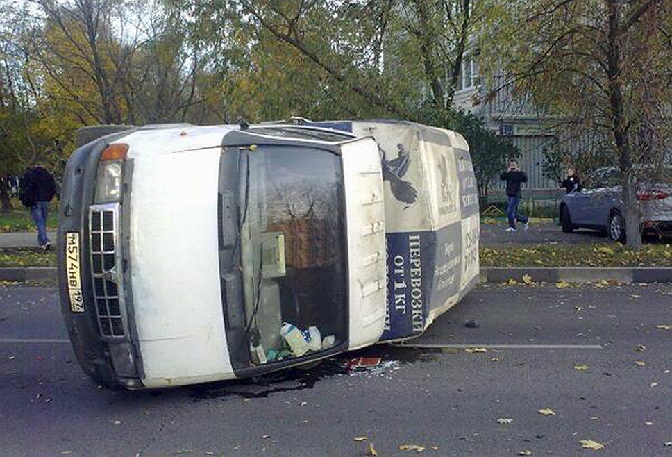 Участники беспорядков переворачивают машины