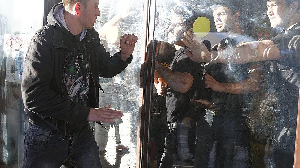 Несколько сотен националистически настроенных молодых людей пришли на место убийства местного жителя и потребовали встречи с властями