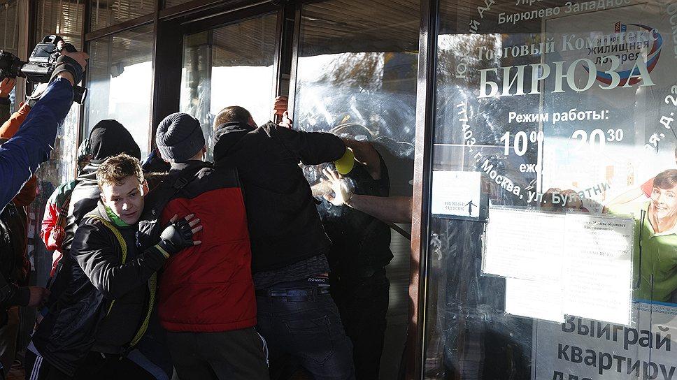 Корреспондент «Грани.ру» Дмитрий Зыков пишет в Twitter о том, что «у нескольких националистов и ОМОНовцев разбиты лица. За кавказцами гоняются и нападают толпой». К 19:00 задержаны семь человек
