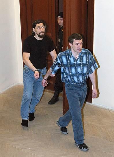 В 2005 году городской суд Санкт-Петербурга признал Юрия Колчина (слева), бывшего сотрудника Главного разведывательного управления, виновным в организации убийства и приговорил его к 20 годам. Исполнитель убийства Виталий Акишин (справа) получил 23,5 года тюрьмы
