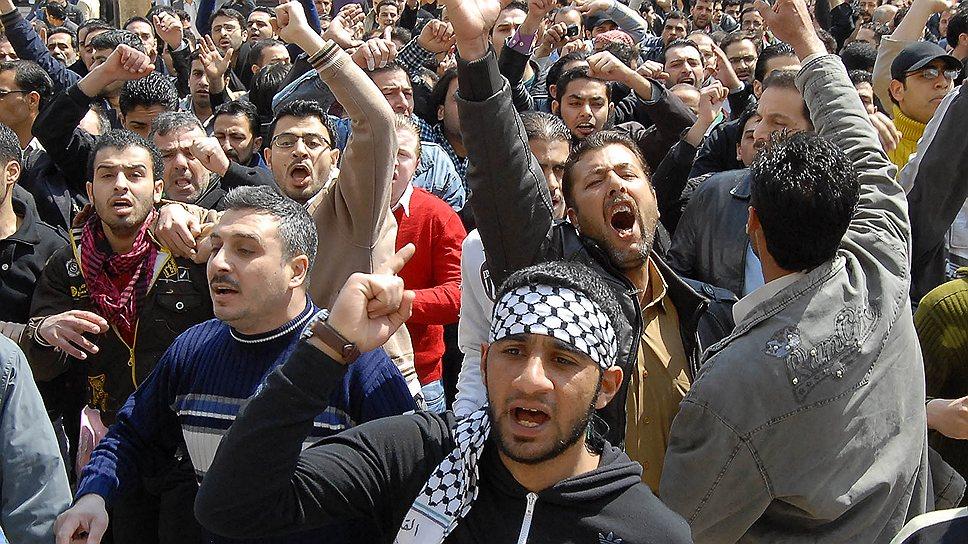 """15 марта 2011 года активисты оппозиции организовали по всей Сирии """"день гнева"""". Поводом для протестных выступлений стал арест подростков, нарисовавших в городе Дераа граффити с антиправительственными лозунгами. В городе Дераа неподалеку от границы с Иорданией в ходе вспыхнувшего восстания были сожжены здание, в котором располагался местный комитет партии """"Баас"""", и другие государственные учреждения"""