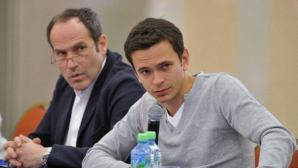 Члены КСО Михаил Шац (слева) и Илья Яшин