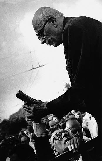 1975 год. Нобелевская премия мира присуждена советскому физику и одному из создателей первой советской водородной бомбы, а впоследствии диссиденту и правозащитнику Андрею Сахарову «за бесстрашную поддержку фундаментальных принципов мира между людьми и мужественную борьбу со злоупотреблением властью и любыми формами подавления человеческого достоинства»