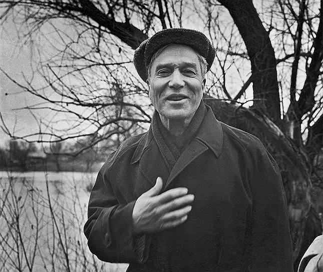 1958 год. Нобелевская премия по литературе присуждена писателю и поэту Борису Пастернаку «за значительные достижения в современной лирической поэзии, а также за продолжение традиций великого русского эпического романа». Пастернак был вынужден отказаться от премии под угрозой высылки из страны, и шведская академия вручила диплом и медаль его сыну лишь в 1989 году