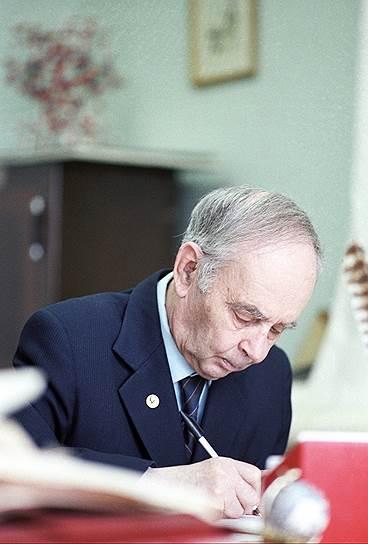 1958 год. Нобелевская премия в области физики присуждена советским ученым Павлу Черенкову, Игорю Тамму и Илье Франку (на фото) за открытие и истолкование эффекта Черенкова (свечение, вызываемое в прозрачной среде заряженной частицей, которая движется со скоростью, превышающей фазовую скорость распространения света в этой среде)