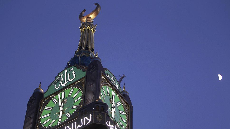Инвестиции в строительство Makkah Clock Royal Tower с самыми большими часами в мире составили $800 млн. Диаметр каждого из украшенного золотом циферблата составляет 46 м, а подсветка позволяет разглядеть время на расстоянии до 30 км