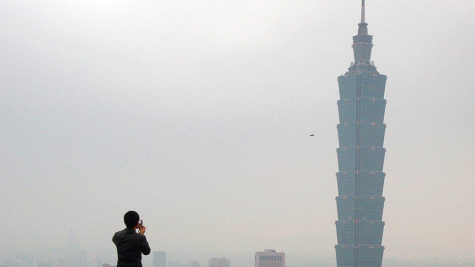 101-этажная башня Taipei 101, символизирующая обновление времени — офисный и развлекательный центр Тайбея. Повторяющиеся сегменты башни сравнивают со стеблем бамбука или архитектурным ритмом пагод, а ночью небоскреб напоминает свечу из-за особенностей иллюминации
