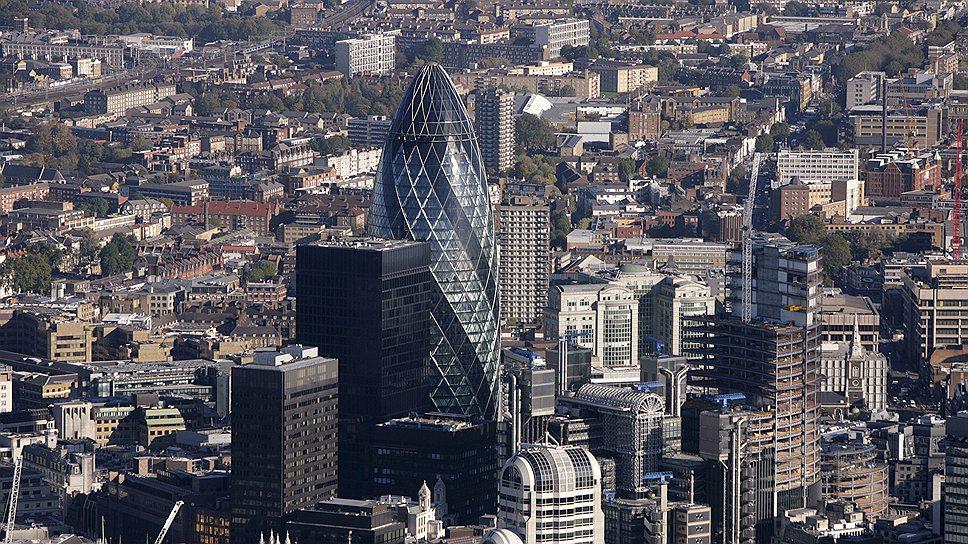 В 2013 году Лондон вновь занял первое место в рейтинге мировых финансовых центров (Global Financial Centres Index), обогнав Нью-Йорк и Гонконг. Один из символов лондонского делового центра Сити — 40-этажный небоскреб 30 St Mary Axe, построенный в 2001-2004 годах по проекту известного британского архитектора Нормана Фостера и получивший прозвище «огурец»