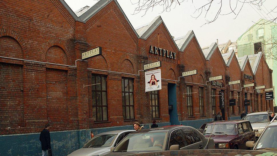 Как заграницей, так и в Москве промзоны привлекают представителей креативного класса. В 2003 году в здании бывшей фабрики «Красная роза» в районе станции метро «Парк Культуры» был создан центр дизайна Artplay, под крышей которого разместились ведущие архитектурные бюро, мебельные шоу-румы и выставочные пространства