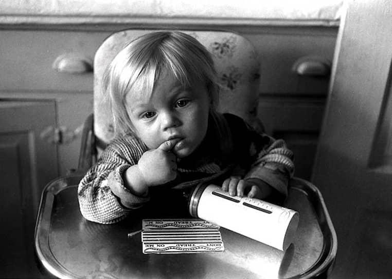 Леонардо Вильгельм Ди Каприо родился в Лос-Анджелесе: мать придумала назвать его Леонардо, рассматривая картину Леонардо да Винчи. В семье Ди Каприо есть немецкие, итальянские и русские корни. Одна из его бабушек, Елена Смирнова, переехала в Германию из СССР. «Моя русская бабушка — воплощение внутренней силы и цельности, я до сих пор чувствую ее влияние на свой характер», — говорил о ней актер в своих интервью