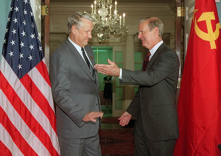 """Первый президент России Борис Ельцин впервые приехал в США в 1989 году. «Он обрушился на Вашингтон с яростью бури, и Вашингтон, хотя и привыкший каждый день видеть пьяниц-сенаторов и развратных депутатов, а в прошлом видевший даже руководителя аппарата сотрудников Белого дома Гамильтона Джордана, бесстрастно ласкающего женщин в баре, с трудом переносит теперь """"шок Ельцина""""», - писало об этой поездке тогда ТАСС"""