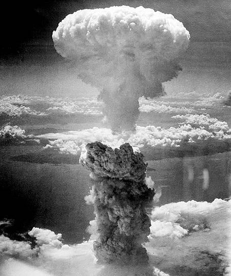 В конце Второй мировой войны  американские атомные бомбы были сброшены на Японию. С этого момента между США и СССР началось противостояние, которое впоследствии получило название «холодная война»