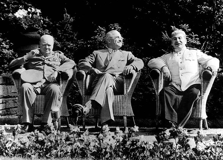 После войны Европа была разделена по сферам влияния США и СССР <br> На фото: премьер-министр Великобритании Уинстон Черчилль, президент США Гарри Трумен и председатель Совнаркома СССР Иосиф Сталин на Потсдамской конференции
