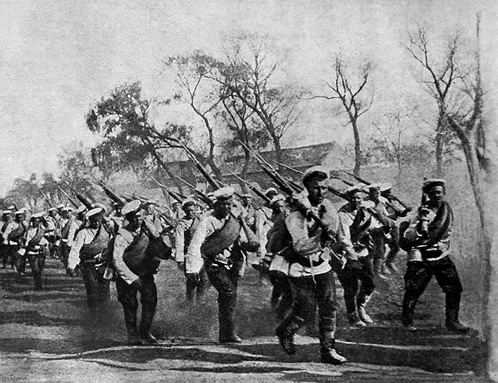 Во время Первой мировой войны США, согласно доктрине Монро, реальным автором которой был Джон Куинси Адамс, сохраняли нейтралитет. Только в 1918 году страна с самым большим в мире промышленным потенциалом вмешалась в европейскую войну. В ходе Гражданской войны в России американские войска в рамках интервенции стран Антанты высаживались на Дальнем Востоке и в Мурманске